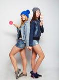 两个年轻行家女孩最好的朋友 免版税库存照片