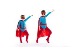 两个年轻超级英雄队的画象  免版税库存图片