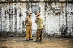 两个年迈的人在街道,加德满都,尼泊尔谈论 库存图片