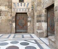 两个年迈的门,老开罗,埃及 库存照片