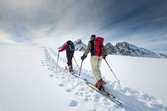 两个年长高山滑雪者 免版税库存图片