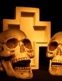 两个头骨和十字架 免版税库存照片