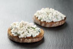 两个黑麦三明治或bruschettarye单片三明治用乳脂干酪和草本在板岩 免版税库存照片