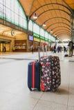 两个rolley旅行袋子在火车站的票大厅里在Wr 免版税库存图片