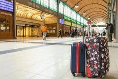 两个rolley旅行袋子在火车站的票大厅里在Wr 库存图片