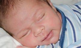 两个smilleing星期年纪新生儿的男孩,当睡觉时 免版税图库摄影