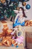 两个tilda天使女孩坐新年礼物 免版税库存图片