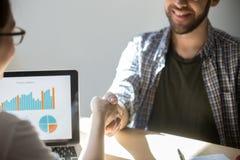 两买卖人握手密封与微笑的一个成交 免版税库存图片