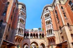 两五层大厦和曲拱在圣的庭院里  库存图片