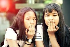 两亚洲少年身分和看的面孔对与目光接触的照相机 库存图片