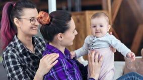 两享受母性的年轻不拘形式的有同情心的妇女使用与愉快的儿童中等特写镜头 影视素材