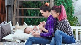 两享受母性的愉快的母本使用与小孩中等轻率冒险 股票录像
