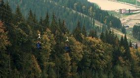 两人乘驾速度吸引力邮编线或果蝠在山风景,手段Bukovel,后面看法 影视素材