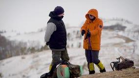 两人的远征到达了上面 人做了止步不前 影视素材