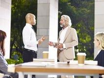 两企业经营者辩论在会议期间 免版税图库摄影