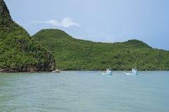 两传统渔船航行通行证在去的一座大山端起前 免版税图库摄影