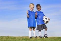 两位不同年轻足球运动员显示没有 1个标志 库存照片