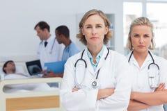 两位严肃妇女医生站立 库存照片