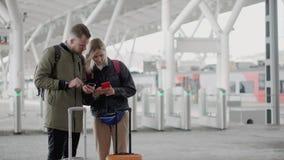 两位乘客使用智能手机,站立在火车站平台  股票视频