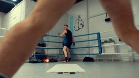两位人战斗机拳击手在马戏团做跟斗和summersaults 在健身房的专业培训 影视素材