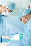 两位外科医生工作 免版税图库摄影