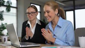 两位女性企业家激发与在膝上型计算机的了不起的新闻,高兴的赢利 股票录像