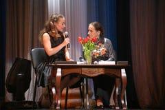 两位女性年龄 节目主持人,带领欢乐晚上 库存照片