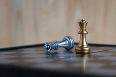两位女王/王后在board01的国际象棋棋局 免版税库存照片