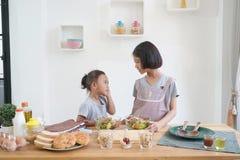 两位小女孩厨师在厨房里在家 免版税库存照片