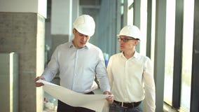 两位工程师在建筑见面并且咨询建筑项目 两位工程师在建筑见面并且咨询大厦 股票视频