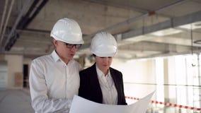 两位工程师在建筑见面并且咨询建筑项目 两位工程师在建筑见面并且咨询大厦 股票录像