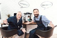 两位工程师在有3d打印机的一个现代实验室工作 他们有在他们的头的会话云彩 免版税库存照片