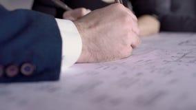 两位建筑师在办公室,关闭改正图纸  股票视频