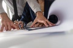 两位建筑师或设计师在工作 免版税库存照片