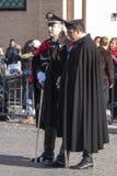 两位意大利警察(Carabinieri)充分的制服的 免版税库存图片