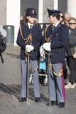 两位意大利警察(Polizia)充分的制服的 免版税库存照片