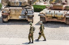 两位战士在Latrun装甲的军团博物馆巡逻 免版税库存照片