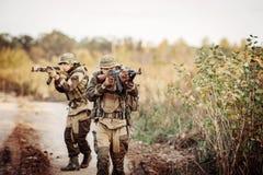 两位战士探索一个不熟悉的区域 库存照片