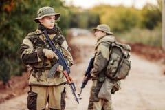 两位战士探索一个不熟悉的区域 库存图片