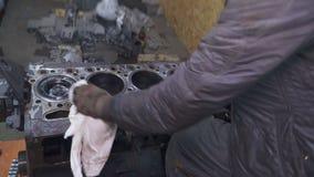 两位技工清洗大发动机 股票录像