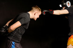 两位拳击手欺骗在圆环在训练期间 免版税库存图片