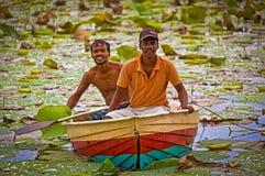 两位斯里兰卡的渔夫在荷花池 库存照片