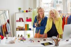 两位时装设计师在他们的办公室 免版税图库摄影