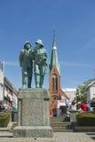两位渔夫雕象的外部中心广场的在海于格松,挪威 免版税库存图片