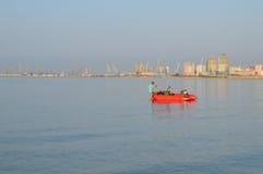 两位渔夫他们的小船为钓鱼做准备 库存照片