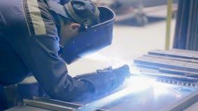 两位焊工工作 金属工艺植物,焊工焊接金属 股票录像