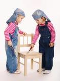 两位甜矮小的孪生画家 免版税库存图片