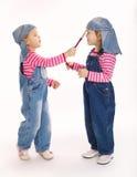 两位甜矮小的孪生画家 免版税库存照片
