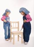 两位甜矮小的孪生画家 免版税图库摄影
