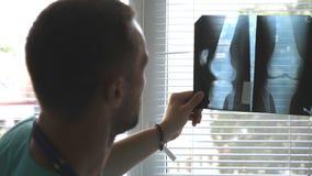 两位男性医生观看mri图片和谈论对此 医院看和analizing的X-射线的医护人员 股票录像